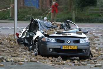 Tempesta auto schiacciata