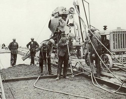la Diga dell'Afsluitdijk, gli uomini al lavoro