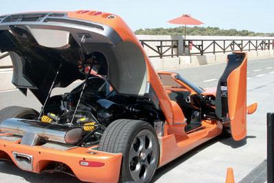Race Resort Ascari. Auto arancione da dietro