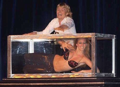 Hans Klok, il prestigiatore olandese mentre blocca la sua assistente in un mobile di vetro