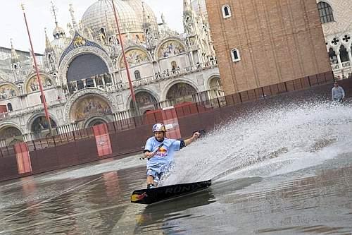 Duncan Zuur  ha attraversato Venezia sul wakeboard